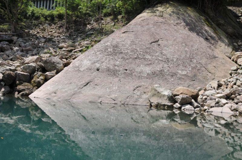 熊野川の陽石