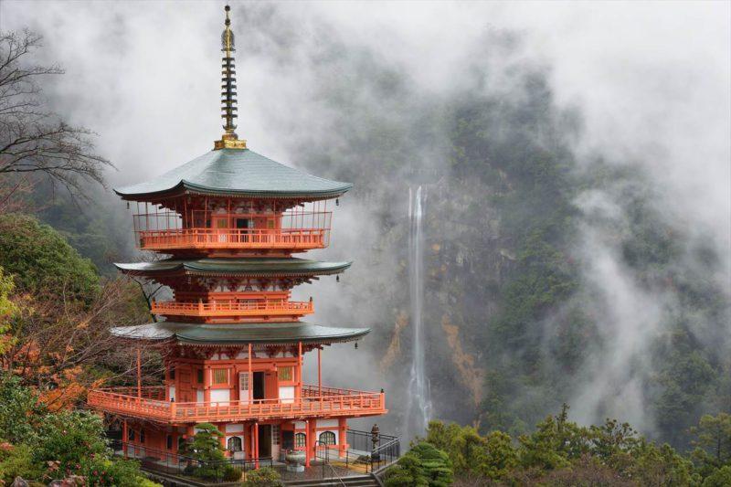 霧に霞む神秘の大滝