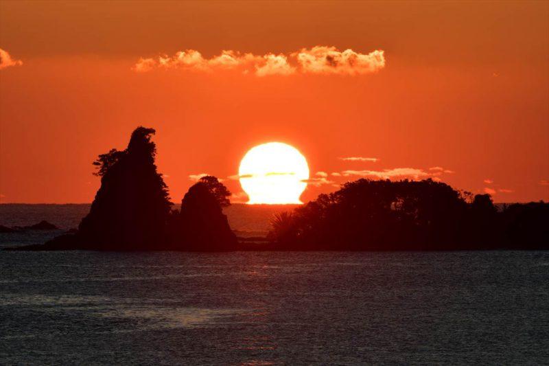 ゴジラ岩とダルマ朝日