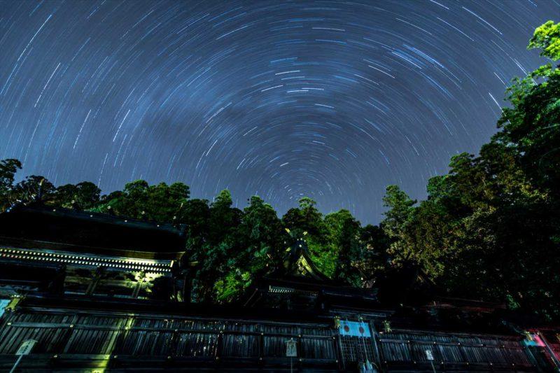 熊野本宮大社本殿と星空