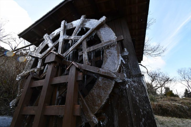 凍った水車