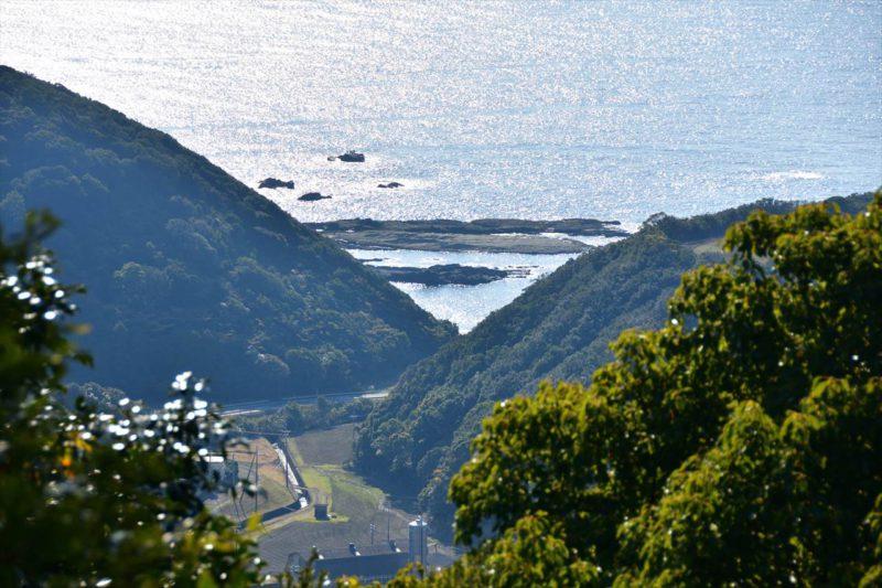 古道から見る弧状岩脈