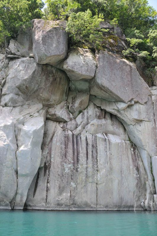 熊野川の釣鐘石